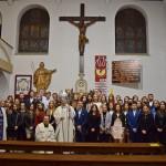 zdjecie grupowe bierzmowanych z biskupem